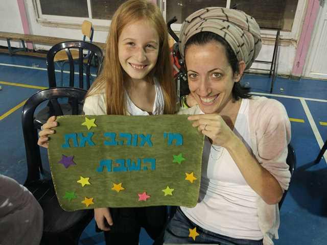 אמא ובת יוצרות יחד כיסוי לחלות