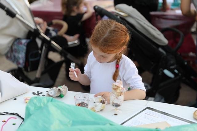 ילדה יוצרת דמות של כהן