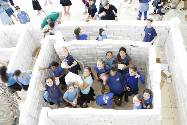 ילדות בונות את דגם בית המקדש