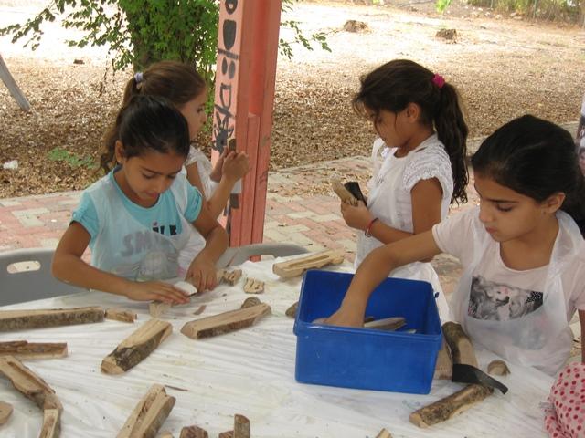 ילדות יוצרות בית מזוזה מעץ זית