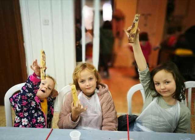 ילדות יוצרות בקייטנה בית מזוזה מעץ זית