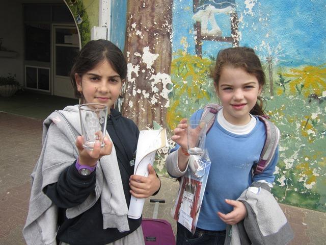 ילדות יוצרות גביע לקידוש