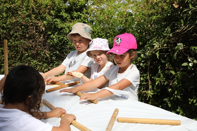 ילדי הגן בפעילות לאפות בטאבון