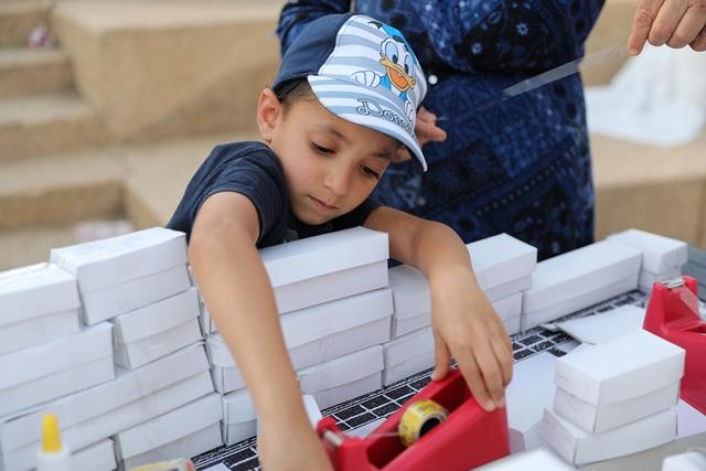ילד בונה את בית המקדש