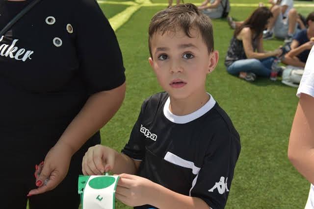ילד משתתף ביצירה