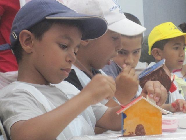ילד צובע את הקופה שיצר