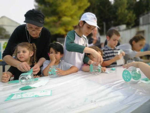 כל המשפחה בפעילות חסד ונתינה