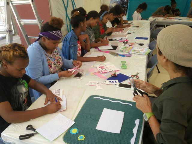 פעילות יצירת כיוסי לחלות לנערות