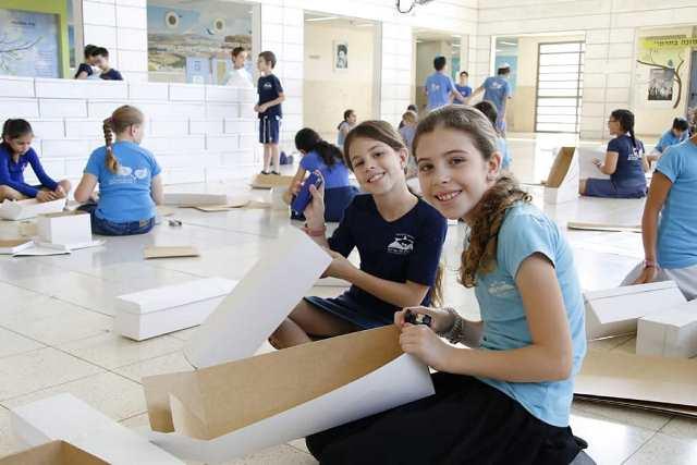 תלמידות בונות את בית המקדש