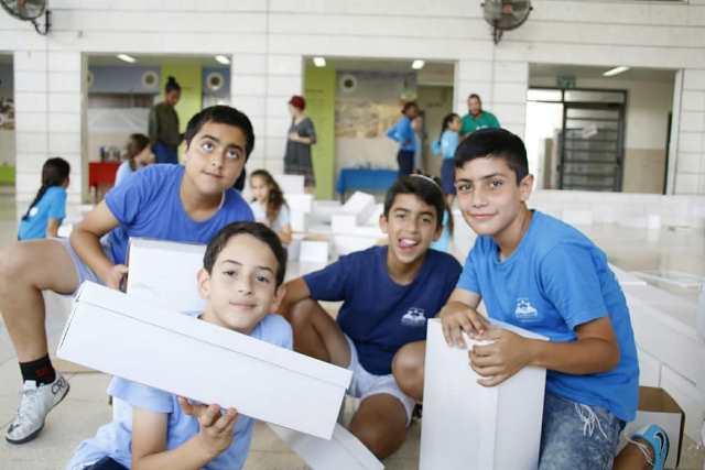 תלמידים בבית הספר בונים את בית המקדש