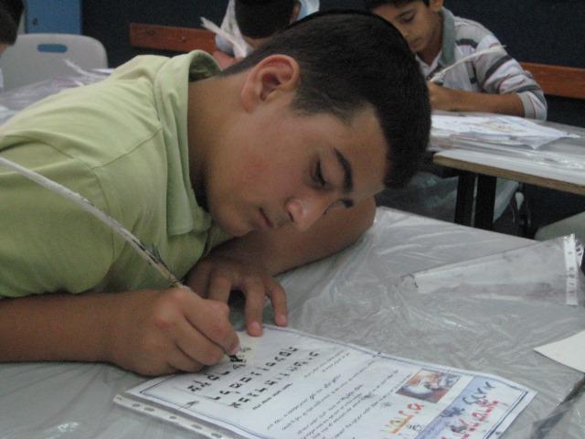 תלמיד מתנסה בכתיבת סתם