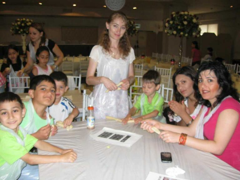 אמהות וילדים בסדנת אפיית חלות