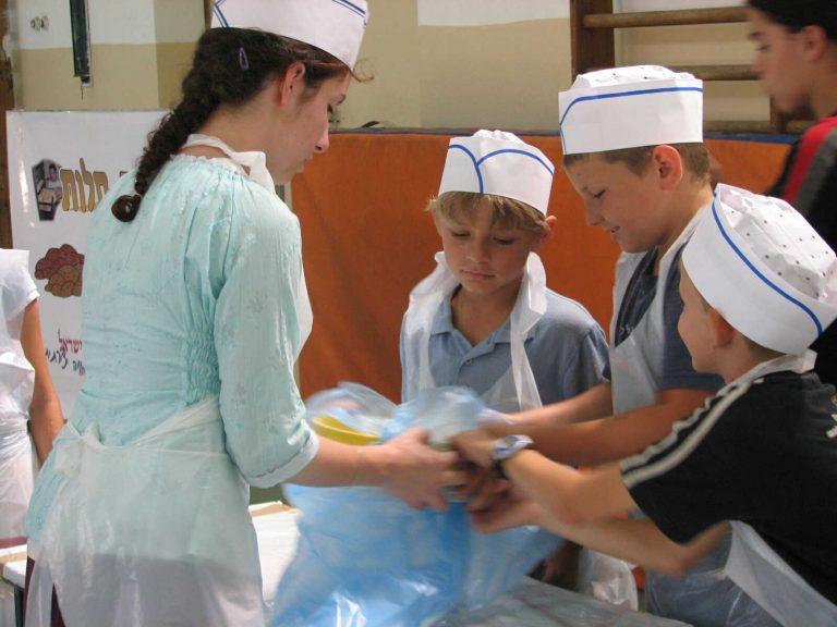 הילדים מנפים את הקמח